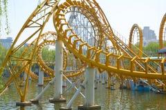 Gewundene geformte gelbes Metallschiene Stockbild