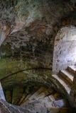 Gewundene Schritte des Kellers mit Seitenfensterlicht Stockfotografie