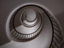 gewundene Schritte des Treppenhauses schraubten Innenraum des Gebäudes Lizenzfreie Stockbilder