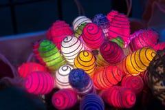 Gewundene Stimmungsbeleuchtung in der Gruppe für das Hängen oder die Schaffung von decorati Lizenzfreie Stockfotos