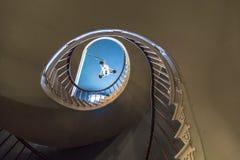 Gewundene Treppe zu den oberen Schlafzimmern Lizenzfreie Stockfotos