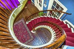 Gewundene Treppe zu den oberen Schlafzimmern Lizenzfreies Stockfoto