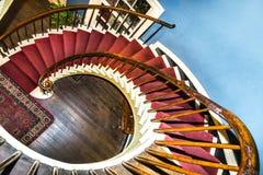 Gewundene Treppe zu den oberen Schlafzimmern Stockfotos