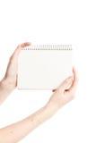 Gewundener Notizblock auf den Mädchenhänden lokalisiert lizenzfreies stockfoto