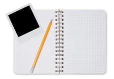 Gewundener Notizblock und schwarzes sofortiges Foto Lizenzfreie Stockbilder
