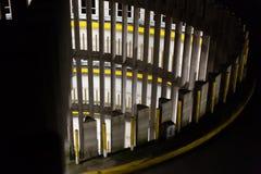 Gewundener Parkplatz nachts lizenzfreie stockfotografie