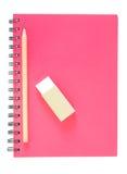Gewundenes es-gehend und Bleistift des Notizbuches auf weißem Hintergrund stockbild