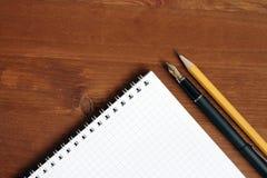 Gewundenes Notizbuch auf der Tabelle Stockfoto