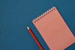 Gewundenes Notizbuch der Draufsicht Stockfotografie