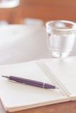 Gewundenes Notizbuch des Stiftes und des freien Raumes auf Holztisch Stockfotos