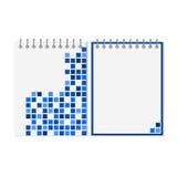 Gewundenes Notizbuch mit blauem geometrischem Muster Stockbild