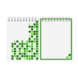 Gewundenes Notizbuch mit grünem geometrischem Muster Stockfotos