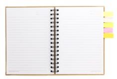 Gewundenes Notizbuch offen auf Weiß mit buntem Briefpapier Stockbild