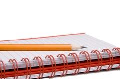 Gewundenes Notizbuch und Bleistift stockfotos
