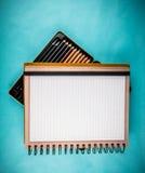Gewundenes Notizbuch und Bleistifte Lizenzfreies Stockbild