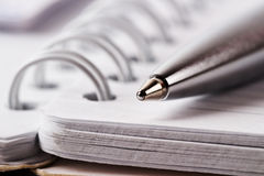 Gewundenes Notizbuch und Feder stockfoto