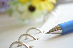 Gewundenes Notizbuch und Feder Lizenzfreie Stockbilder