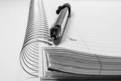Gewundenes Notizbuch und Feder Lizenzfreie Stockfotografie
