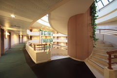 Gewundenes Treppenhaus im Blenden-Kongreßhotel Lizenzfreies Stockbild