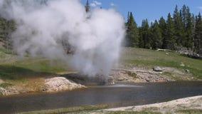 geyser έκρηξης όχθη ποταμού Στοκ Εικόνες