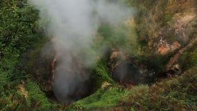 Geyser κόλασης πυλών της Ada Vrata στην κοιλάδα Geysers απόθεμα βίντεο