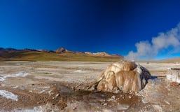 Geyser actif en EL Tatio, Atacama, Chili photographie stock libre de droits