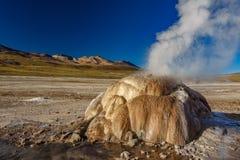 Geyser actif en EL Tatio, Atacama image libre de droits