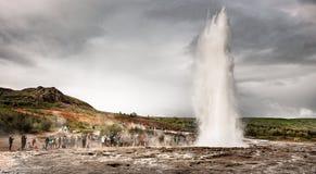 Geyser - attraction principale de Geysir sur l'Islande sur le cercle d'or photographie stock