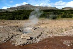 Geyser avec la vapeur en Islande Photo stock