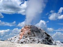 Geyser bianco della cupola di Yellowstone in becco pieno Immagine Stock