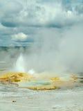 Geyser che fuoriesce acqua, parco nazionale di Yellowstone Immagine Stock