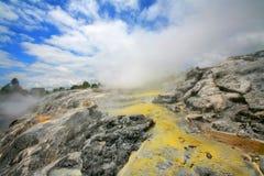 Geyser chez Te Puia, vallée thermique Image libre de droits
