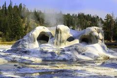 Geyser da gruta no parque nacional de Yellowstone Fotos de Stock