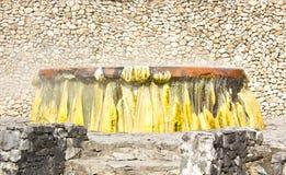 Geyser de bouillonnement avec de la pierre à chaux coloful Images libres de droits