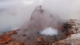 Geyser de bouillonnement en vallée de geyser d'EL Tatio, 4320 mètres au-dessus de niveau de la mer Une des attractions touristiqu banque de vidéos