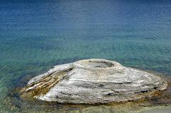 Geyser de cône de pêche dans Yellowstone Image libre de droits