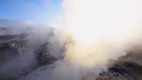 Geyser del fango in Sol De Manana ad alba, Bolivia archivi video