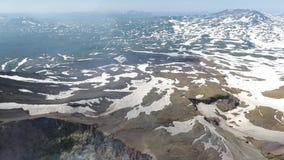 Geyser e vapore che vengono dalla terra calda in un'area geotermica video d archivio