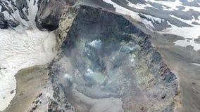 Geyser e vapore che vengono dalla terra calda in un'area geotermica archivi video