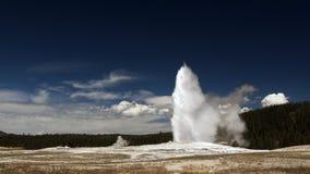 Geyser fiel velho. Parque nacional de Yellowstone Fotos de Stock