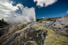 Geyser géothermique de terrasse et de pohutu Images stock