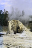 Geyser gigante em Yellowstone Imagens de Stock Royalty Free