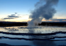 Geyser grand de fontaine au coucher du soleil Photographie stock libre de droits