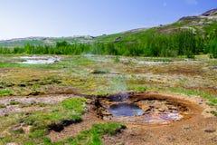 Geyser i perioden av stillhet nära vulkan, den guld- cirkeln i Island arkivfoto