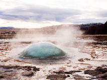 Geyser juste avant une explosion en Islande Images libres de droits