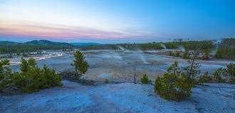 Geyser Norris πανόραμα λεκανών μετά από το ηλιοβασίλεμα Στοκ Εικόνες