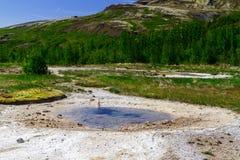 Geyser pendant la période du calme, l'anneau d'or en Islande photos libres de droits