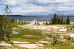 Geyser sulla riva del lago Yellowstone Fotografie Stock Libere da Diritti
