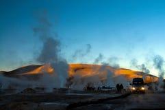 Geyseren forsar vårånga El Tatio Chile Arkivbilder