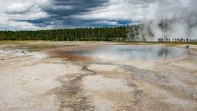 Geyseren slår samman i Yellowstone arkivbild